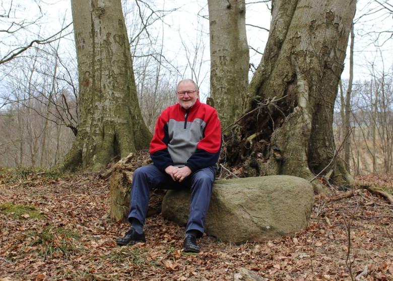 Søren Dyrskjøt i 2018 på den sten som bordpladen har ligget på.