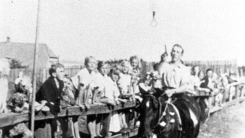 Vagn Vestergaard til ringridning i Floes Skov omkring 1946.  Billedet er fra det år hvor Vagn Vestergaard blev Prins.