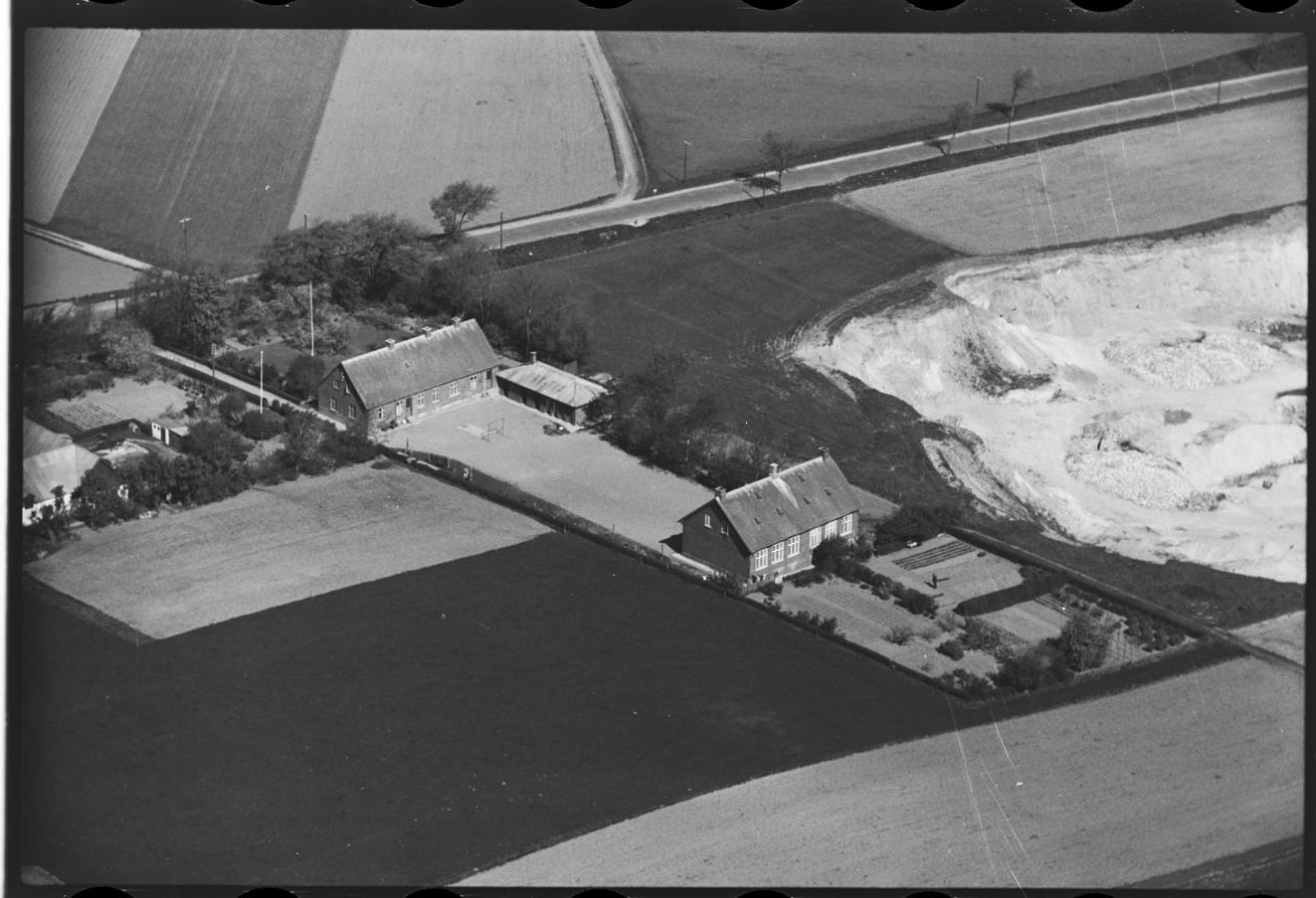 Skolen og grusgraven 1947.jpg