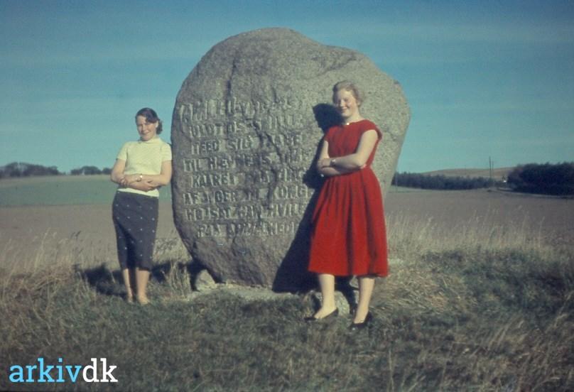 Jytte_Graabæk_og_en_veninde_ved_stenen_p