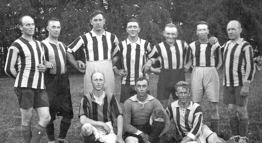 Fodboldhold i Floes Skov 1928  Bageste række fra v: Jens Rasmussen, Rasmus Jørgensen, Jørgen Rasmussen, Jensen, Poul Pedersen, Søren Wittrup, Søren Hornbæk. Siddende foran: Gustav Møller, Asger Jørgensen, Folmer Hornbæk.