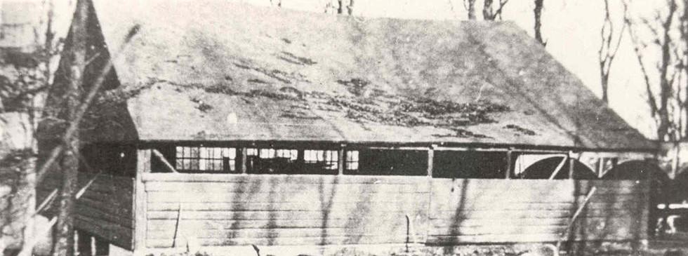 Dansesalen i Floes Skov. Billedet er taget lige før nedrivningen i 1947. Salen nedbrændte ca. 1935, men en ny blev bygget. Danse- og sportsfesterne ophørte i 1947.  I 1949 blev dansesalen flyttet til Allingåbro Idrætsplads.
