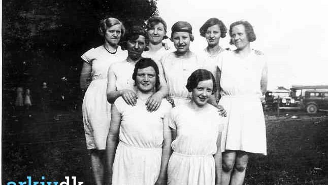 Håndboldpiger fra Assentoft 1933. Ledet af Alfred Schmidt (senere bosat i Liltved). Billedet er fra Floes Skov, hvor pigerne vandt 10-8.  Her ses: Valborg Poulsen, Lund - Ester Schmidt, Kastrup - Johanne Pedersen, Kristrup - Gurli Bundgaard, Lund - Marie Sørensen, Kristrup - Alma Amdisen, Assentoft - Agnes - Sigrun Rasmussen, Birkehøj.