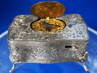 scatola antica con uccello canterino