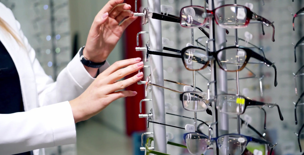Customer-Choosing-New-Glasses-In-The-Sto