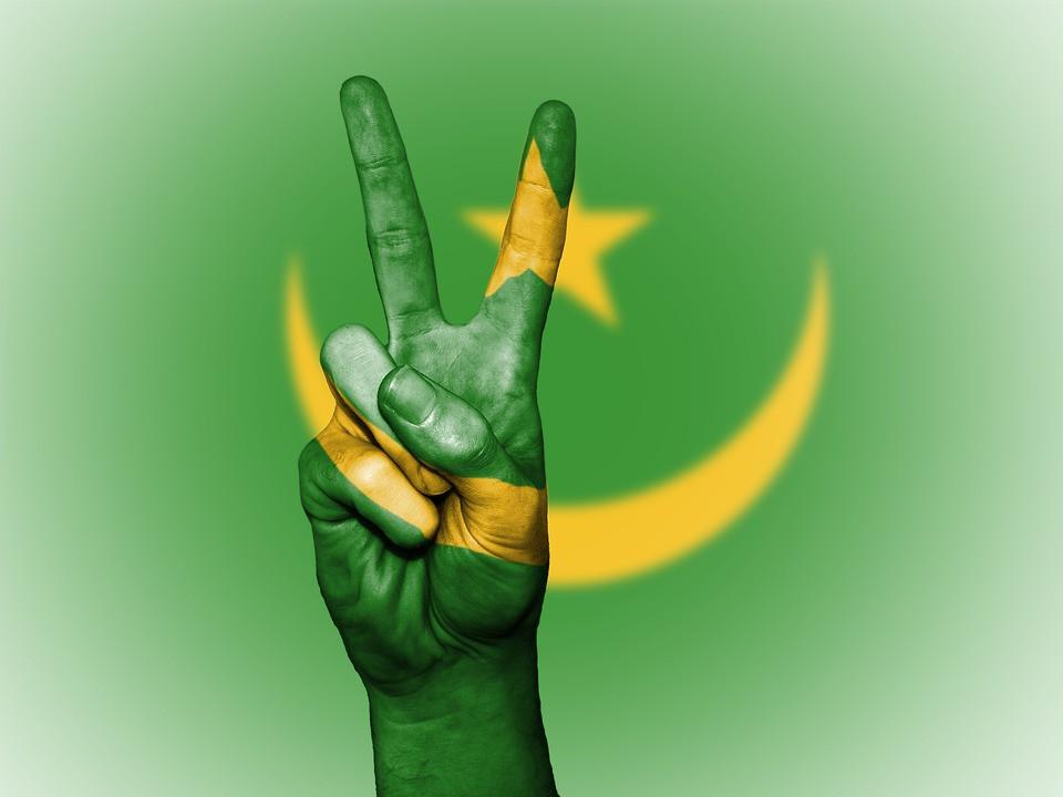 Bandera de Mauritania con mano haciendo símbolo de la victoria