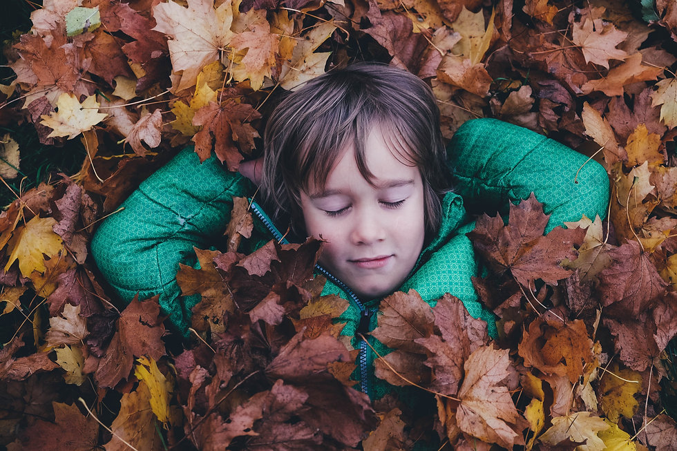 fille dans les feuilles.jpg