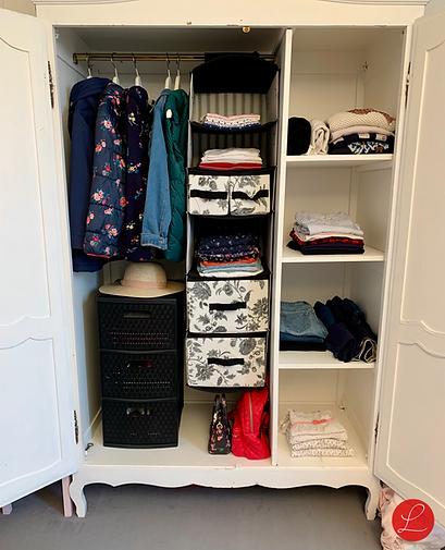 Armoire organisée et rangée, vêtements pliés par coach en rangement 75
