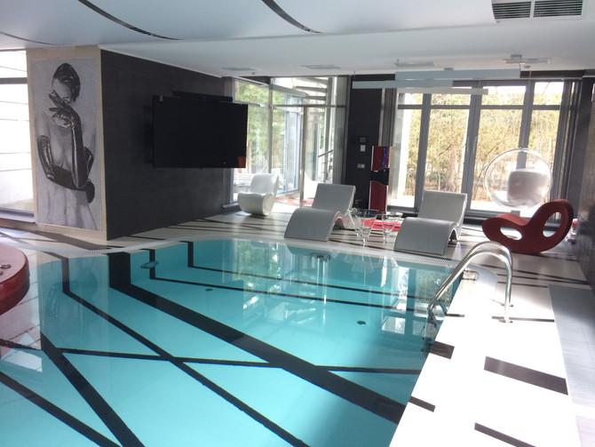 ТВ в бассейне частного дома