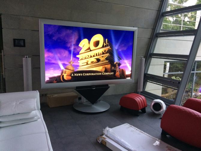 Домашний кинотеатр Bang&Olufsen в гостиной частного дома