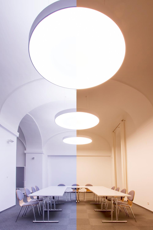 Svetelný strop s možnosťou nastaviteľnej teploty bieleho svetla.