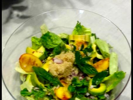 Σαλάτα με δυόσμο και ροδάκινο