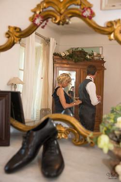 Photographe mariage - préparation marié Var - complicité mère fils - La valette du Var