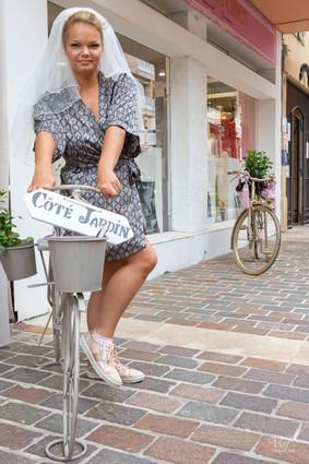 Valphotovar photographe mariage sur la côte  - La mariée en fait du vélo - Sainte Maxime