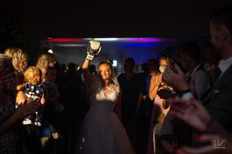 Photographe mariage var - Rocbaron - La mariée sur le ring avec des gants de boxe