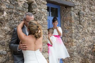 Valphotovar photographe Mariage Signes - Domaine de Cancerilles - photos de couple fun avec les enfants