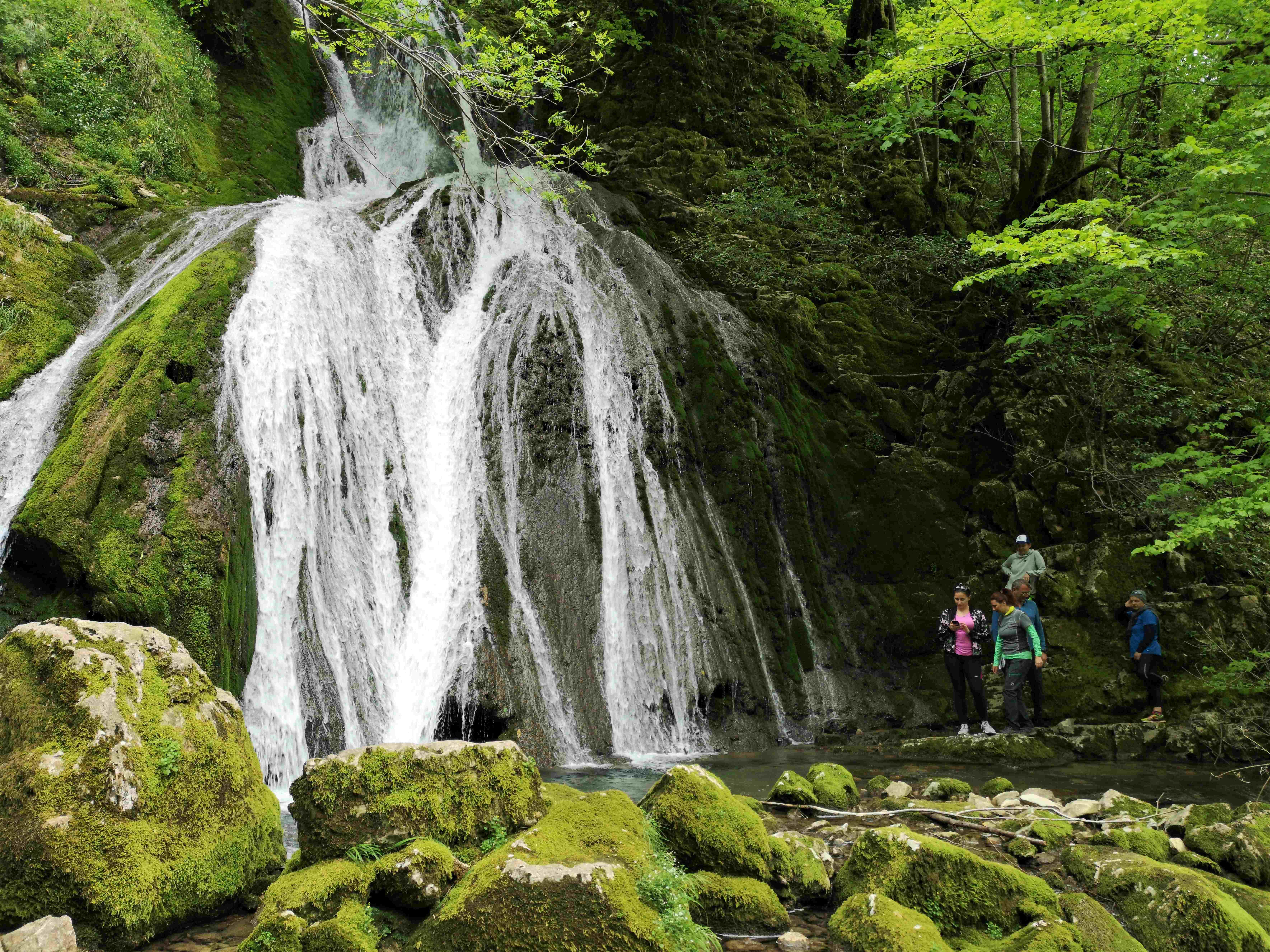 Нижний каскад многокаскадного водопада Ониоре