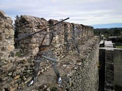 Призрачные войны на крепостной стене в древнем Археополисе