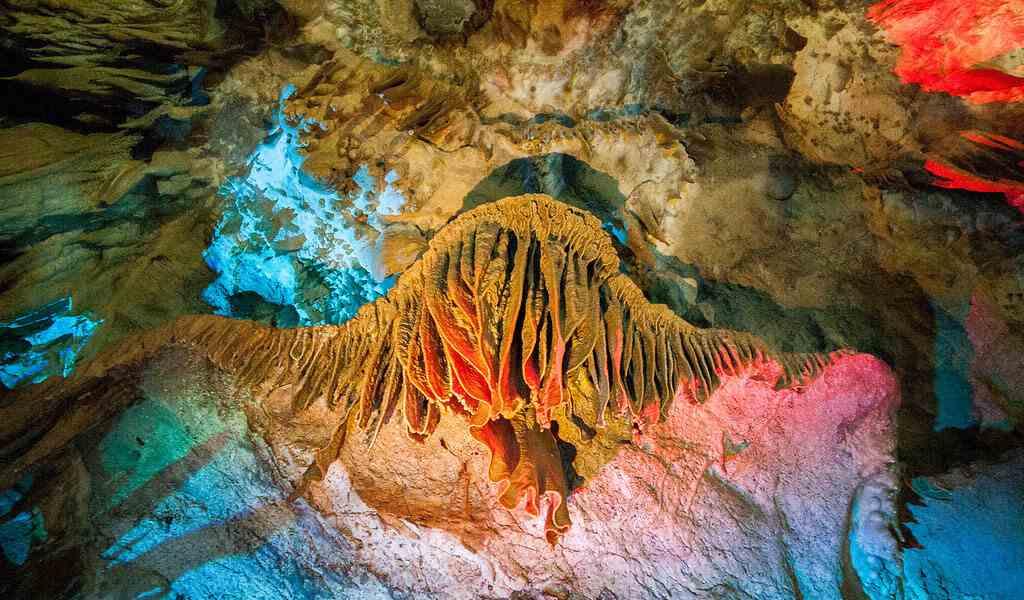 """Природные скульптуры в пещере """"Прометей"""""""
