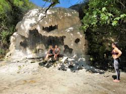 Травертин серного водопада у горяих источников
