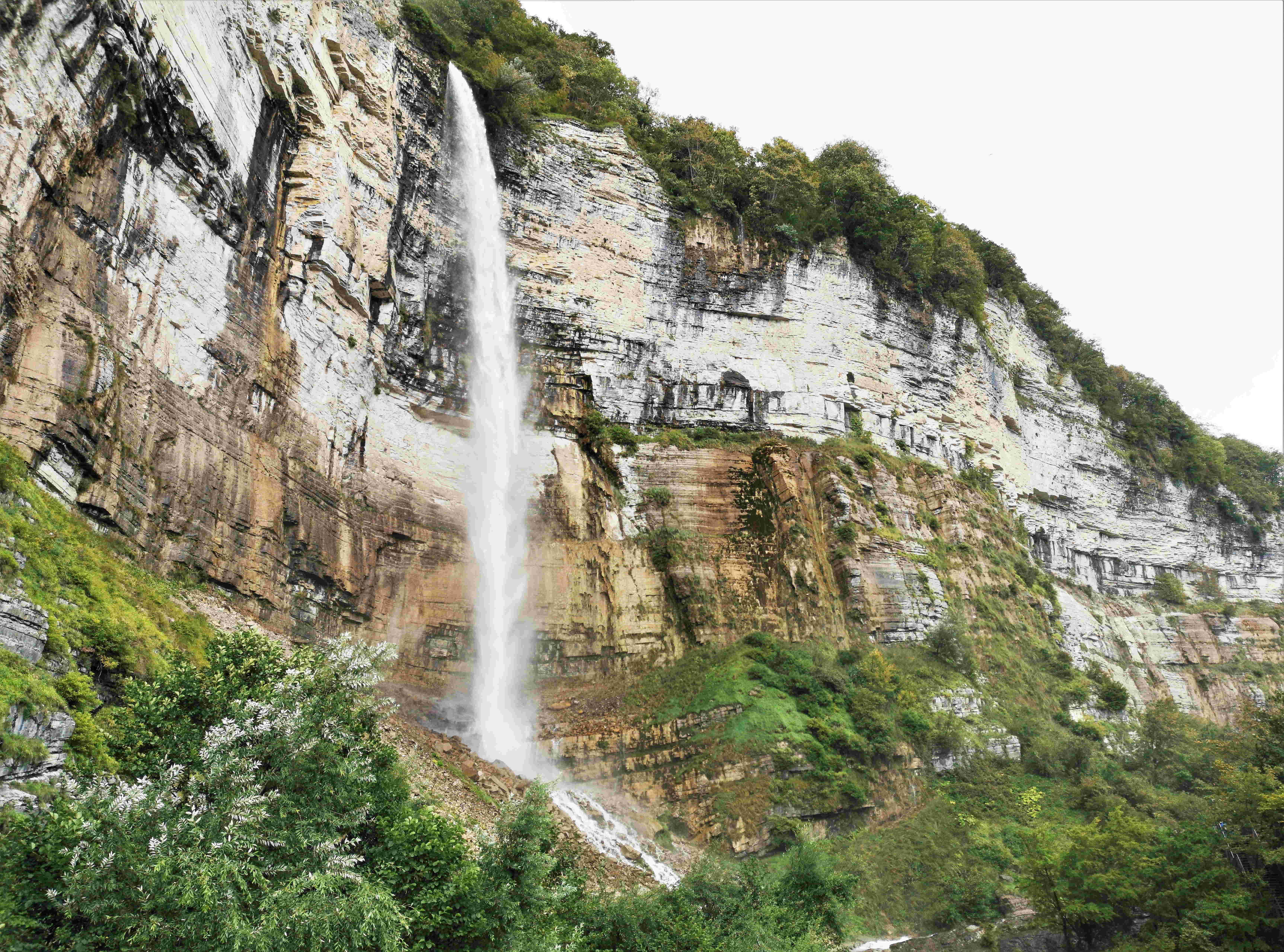 Большой водопад Кинчха высотой 100 метров