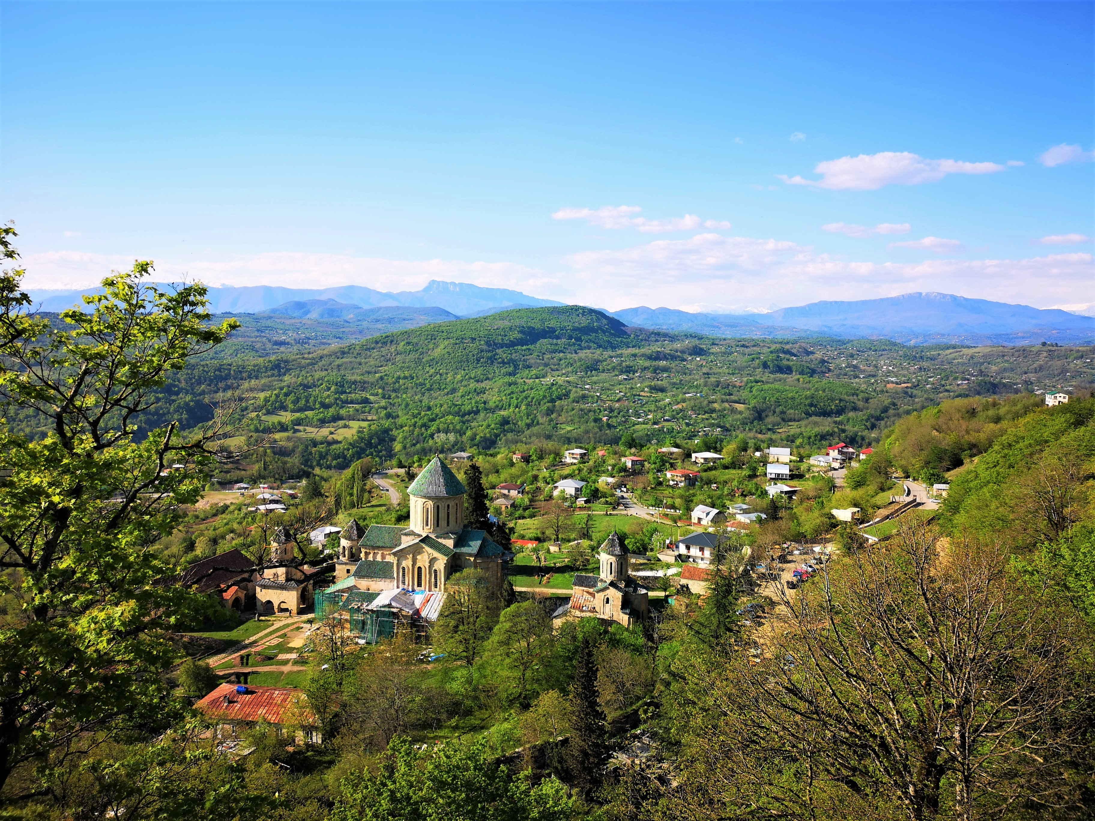 Вид на монастырь Гелати с соседней горы (под Кутаиси)