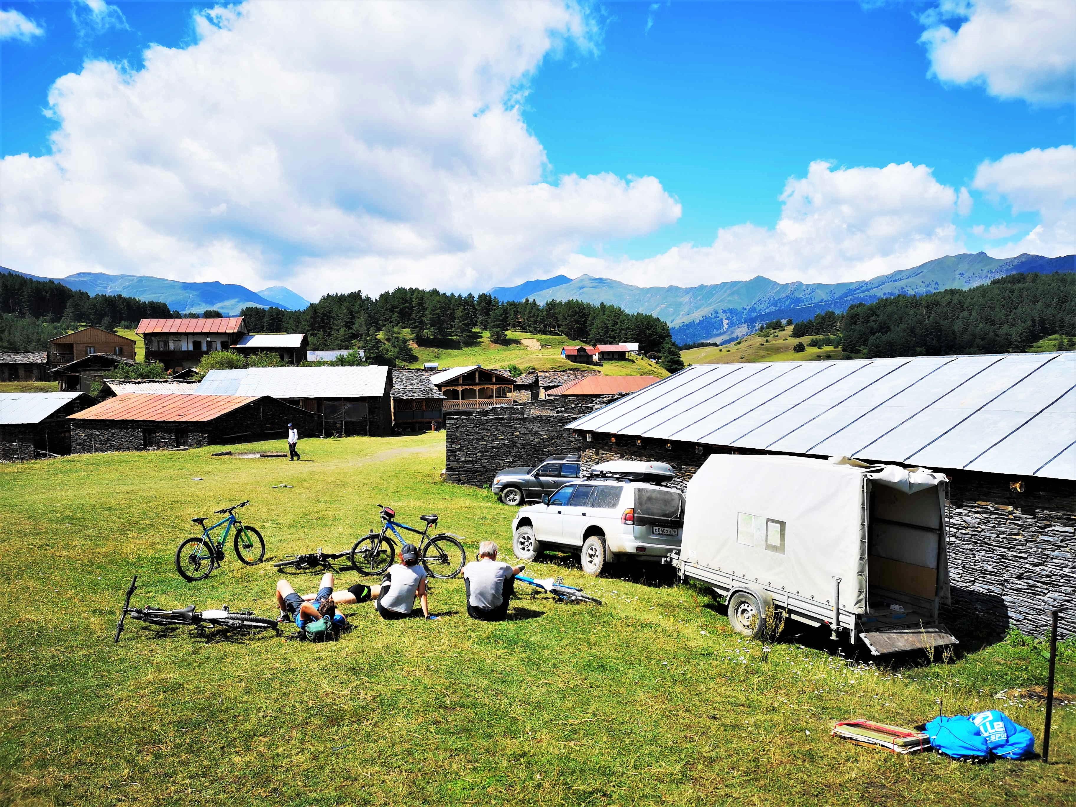 Добрались до цели, как же хорошо - просто сидеть на травке и глазеть на горы вдали!