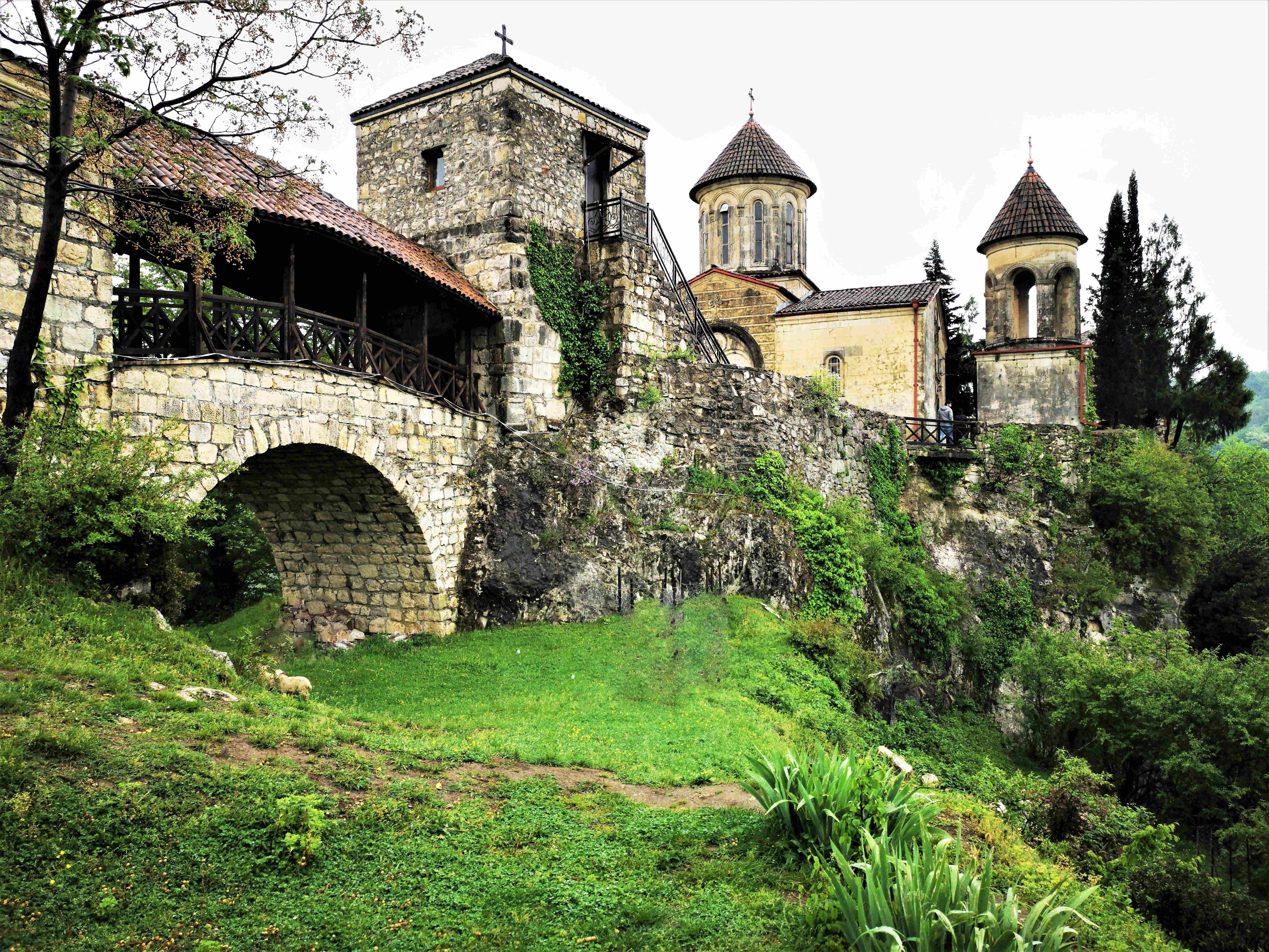 Монастырь Моцамета на краю ущелья вблизи Кутаиси
