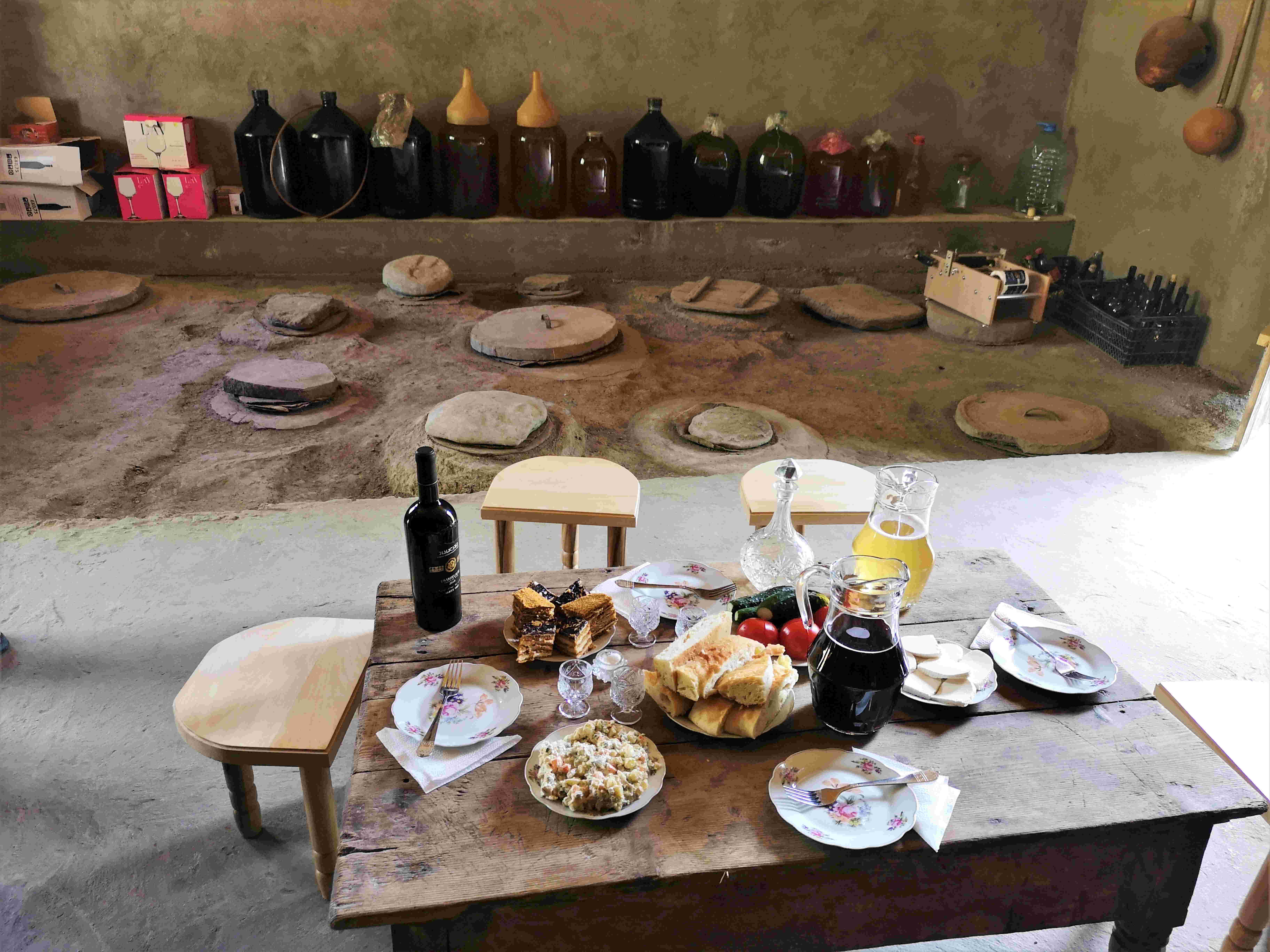 Перед дегустацией редчайшего вина Усохелаури в регионе Рача-Лечхуми