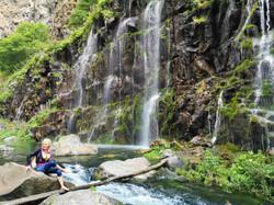 Многоструйный водопад Дашбаши удивителен тем, что образуется прямо из стены каньона