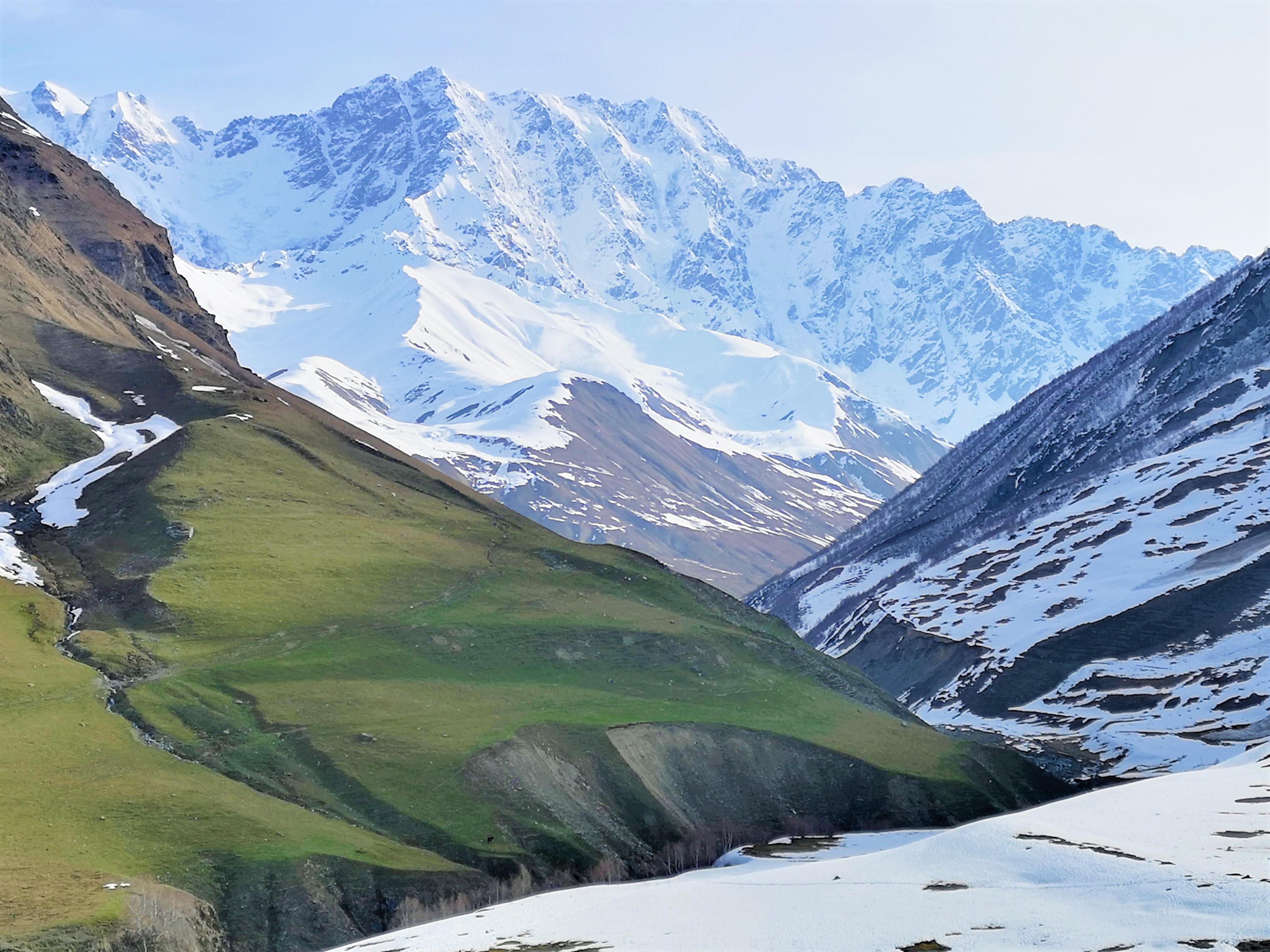 Трек к леднику горы Шхара начинается прямо из общины Ушгули