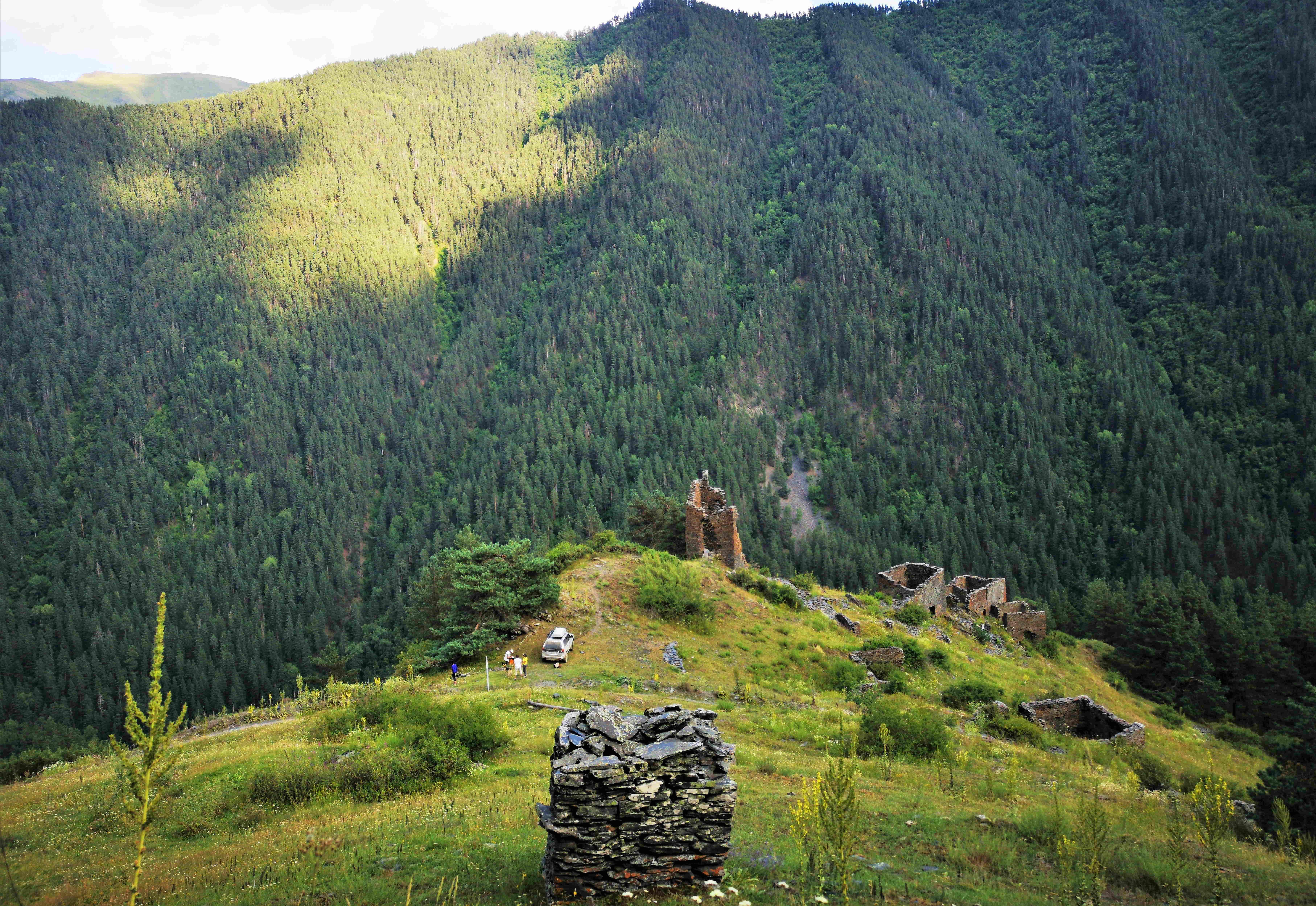 Остатки древней деревни и башен в горах Тушети