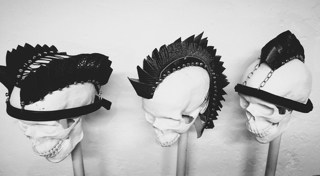 Copricapo in pelle di recupero, rivetti, cordino, catene, piumaggi    Headpieces made of recycled leather, rivets, rope, chains, plumage