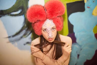 Copricapo in pelliccia, strass, cristalli    Headpiece made of fur, strass, crystals