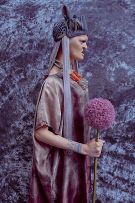 Copricapo in lattice con perline, frange di seta, catene    Headpiece made of latex, beads, silk fringes, chains