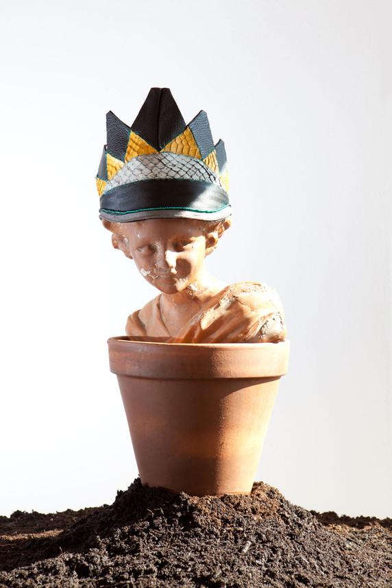 Corona realizzata con ritagli di pelle, cintura nylon e perline    Crown made of leather cutting, nulon belt and beads
