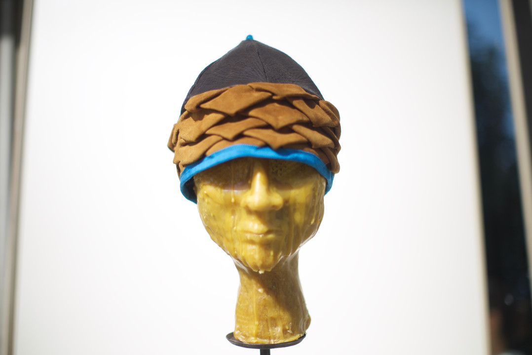 Berretto in pellami di recupero plissettato a mano    Beret made of plated recycled leather