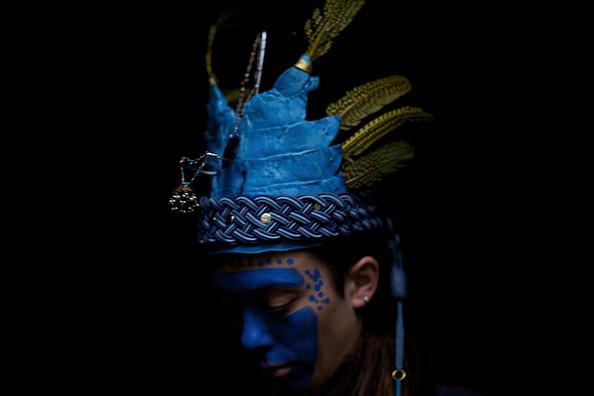 Copricapo in pelle di coccodrillo, piume, inserti di metallo, pendenti, perline, passamanerie    Headpiece made of croco leather, feathers, metal inserts, pendants, trimmings, beads