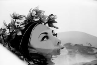 Copricapo mohicano realizzato con fiori silicone, passamaneria, catene, pendenti    Mohawk headpieces made of silicone flowers, trimmings, silver chains, pendants