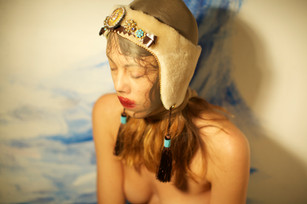 Paraorecchie in pelliccia, inserti in pellame, strass, nappine    Earflap made of fur, leather, strass, tassels