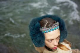 Paraorecchie in pelliccia e passamaneria    Earflap made of fur and trimmings