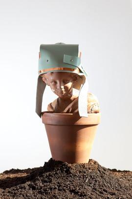 Casco con paraorecchie realizzato con ritagli di scarto di pelle e lastra di rame     Helmet with earflap made of leather waste cutting and copper layer