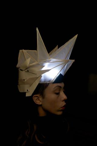 Copricapo realizzato in bambù, carta di riso, pellame di recupero, rivetti, luce led    Headpiece made of bamboo, rice paper, leather, rivets, led light