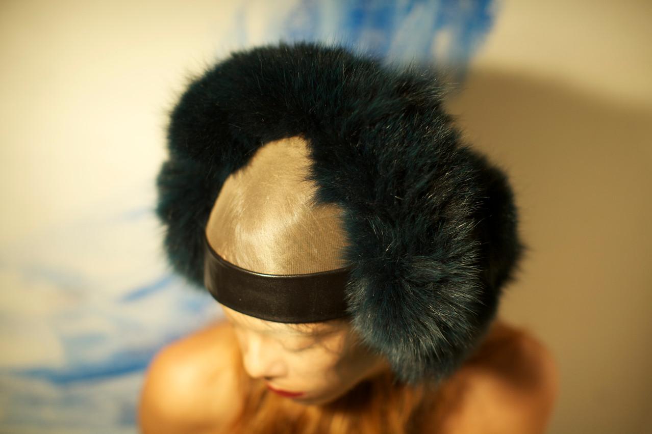 Paraorecchie in pelliccia ed inserti in pellame.     Earflap made of fur and leather