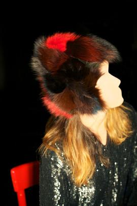 Casco in patchwork di pelliccia     Helmet made of patchwork fur