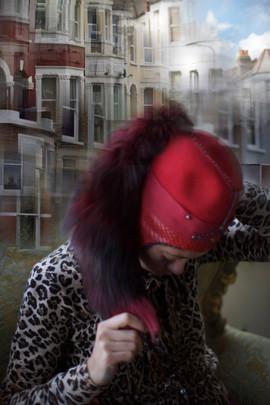 Cappello in feltro di lana con paraorecchie in pelle, perline e coda di pelliccia     Hat made of wool felt, leather earflap, beads and fur tail