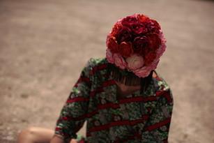 zuccotto in paglia ricoperto di fiori di stoffa e bordato da frange    Beanie made of straw covered by fabric flowers and bordered by fringe