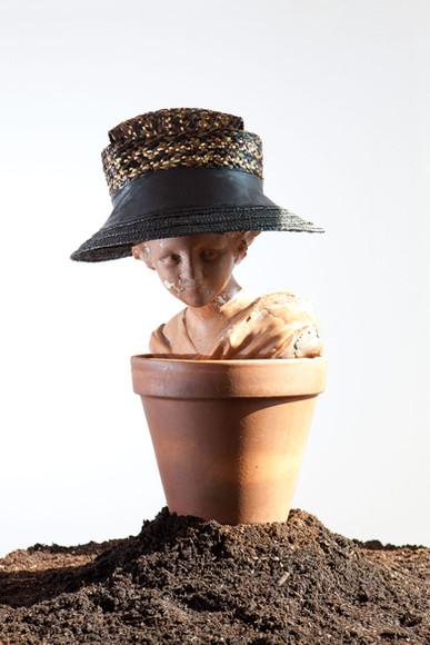 Cappello tesa larga in paglia con inserti di pelle di recupero   Straw hat with recycled leather insert