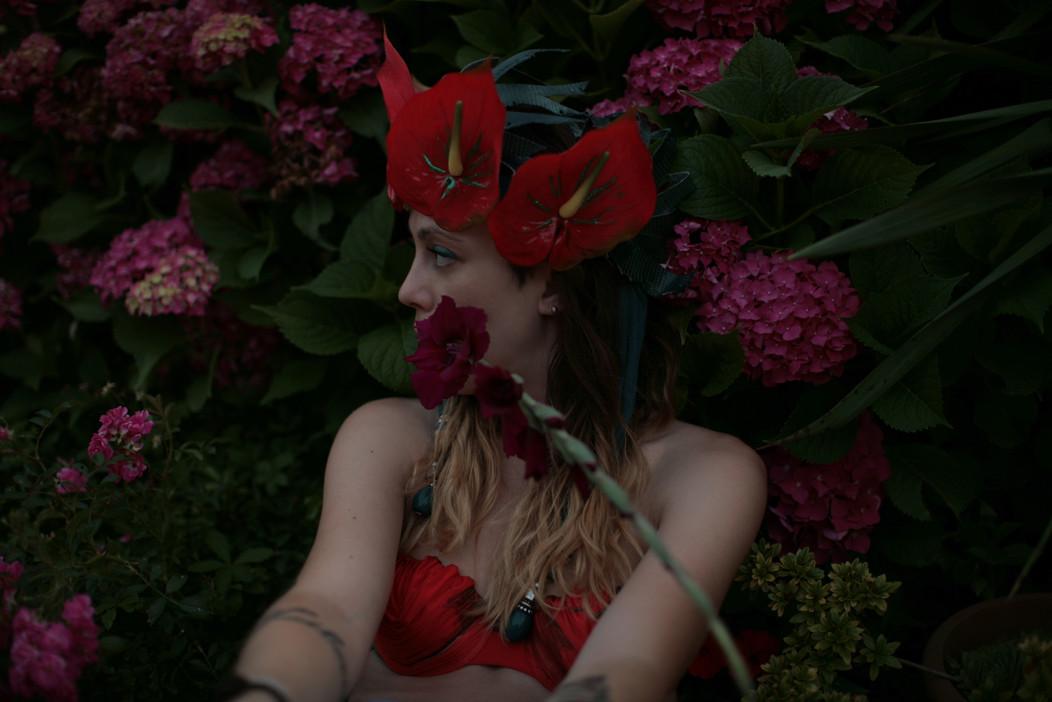Corona realizzata con fiori in silicone, pellame, cotone, pendenti    Crown made of silicone flowers, leather, cotton, pendants