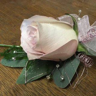 Pretty Rose Ladies Corsage
